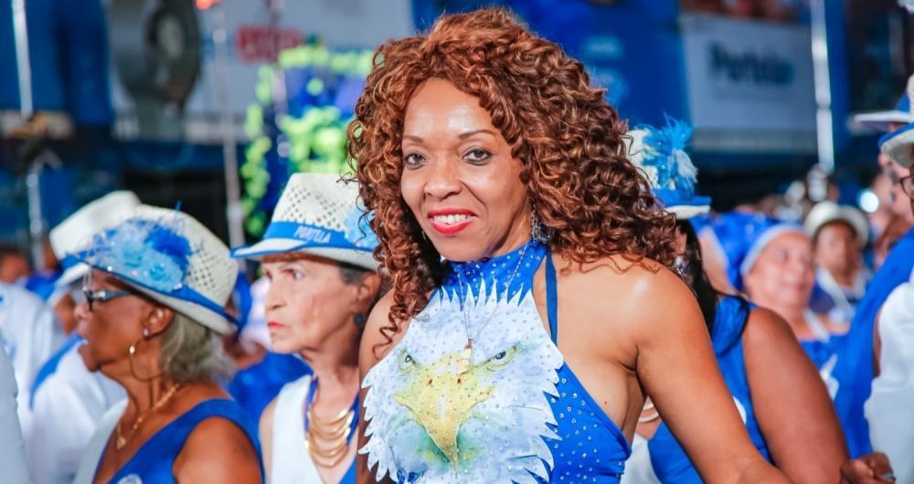 Nice Fran d� aula de samba no p� na Portela
