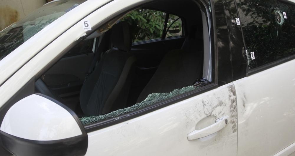 Carro da vereadora com marcas de tiro e vidros estilha�ados foi levado para a DH, ap�s per�cia inicial