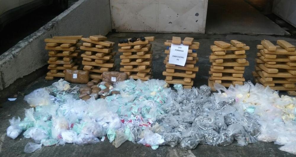 Mais de meia tonelada de droga � apreendida no Morro da Formiga