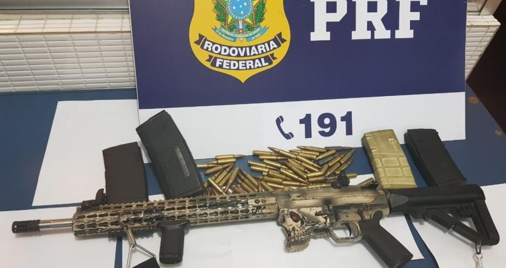 Homem escondia fuzil 7.62 no porta-malas de carro