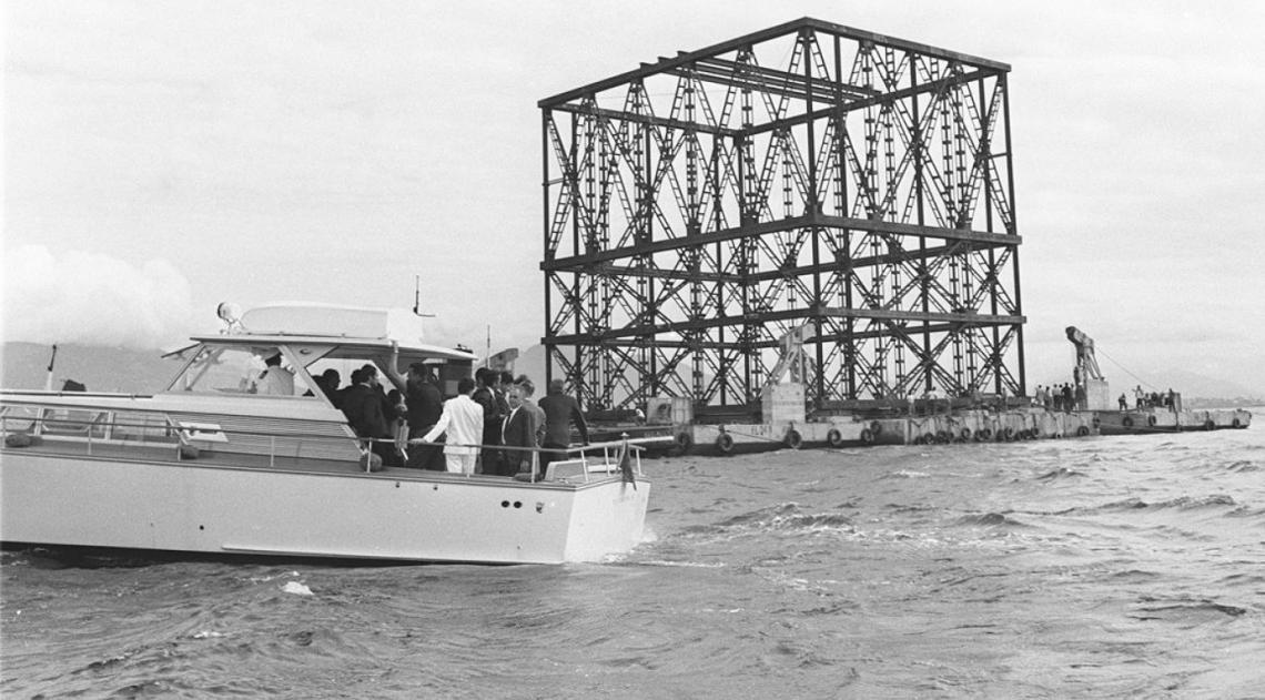 A Ponte Rio-Niter�i ainda mostrava o seu avesso em junho de 1970. A grandiosa obra recebia a primeira estrutura que forma o v�o central, o maior em viga reta cont�nua do mundo,com 300 metros de comprimento e 72 metros de altura. � uma das maiores pontes do mundo em �rea constru�da, pelo seu comprimento, largura e a altura dos pilares e das funda��es submersas cravadas na rocha do fundo da Ba�a de Guanabara.
