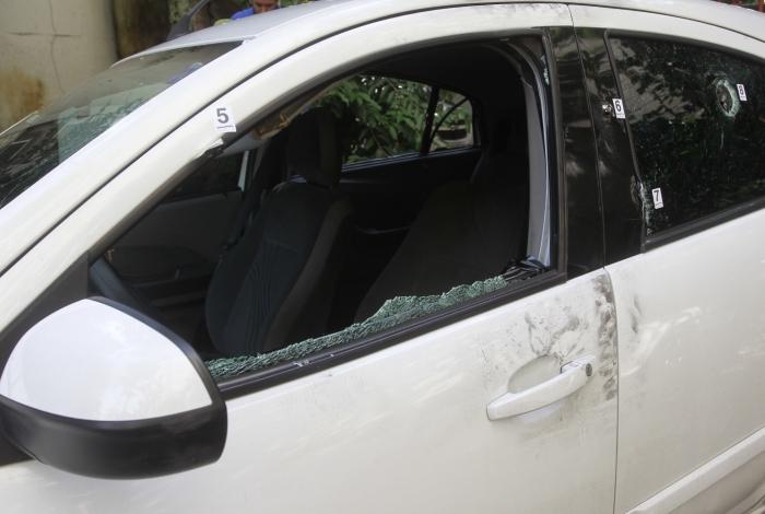 Carro da vereadora com marcas de tiro e vidros estilhaçados foi levado para a DH, após perícia inicial