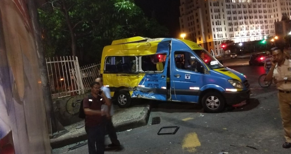 Colis�o entre �nibus e van deixa sete pessoas feridas