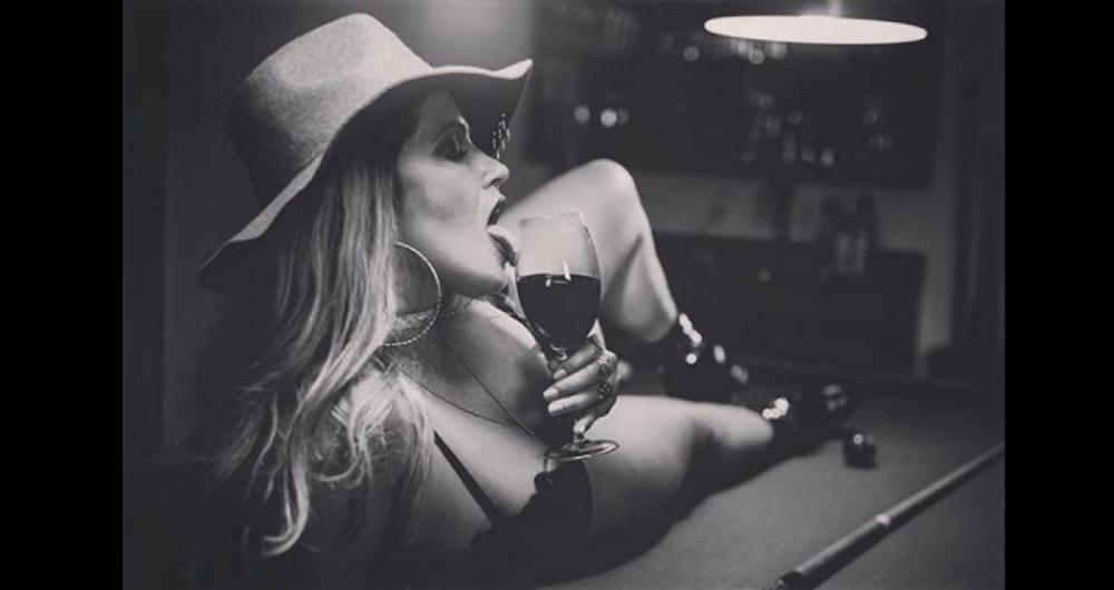 Ex-BBB Fani Pacheco posa sensual em cima de uma mesa de sinuca