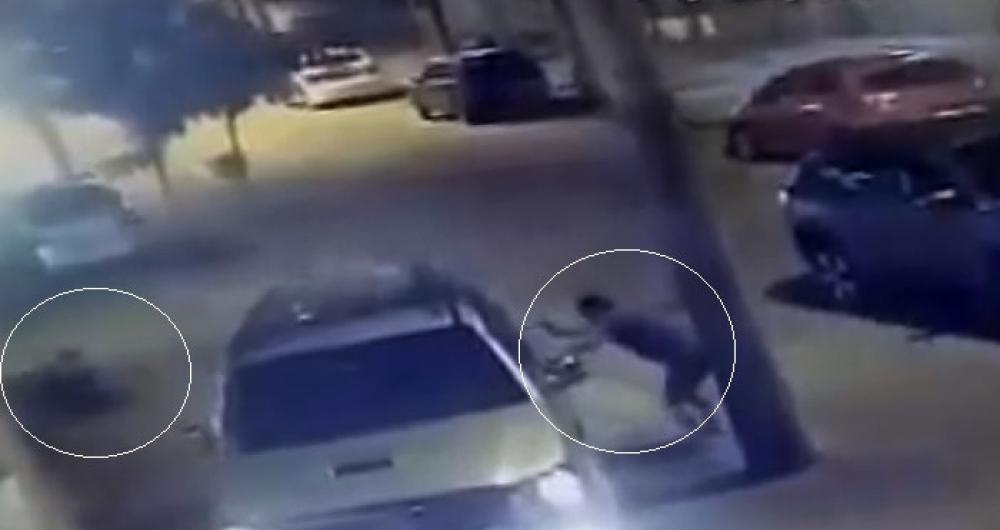 Bandido atira no pai, que está ao lado do filho de cinco anos. Ambos tinham sido rendidos quando passavam de carro por rua de Cachambi