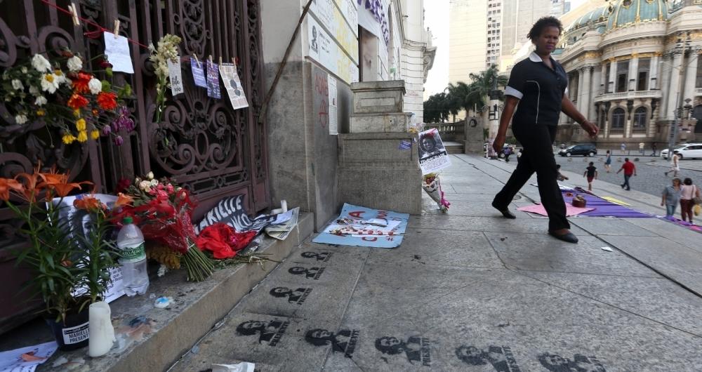 Flores, faixas de luto, cartazes, velas e outros objetos foram colocados quinta-feira e ontem na porta da Câmara do Rio (foto) e no local onde ocorreu o crime em homenagem à vereadora Marielle Franco e seu motorista