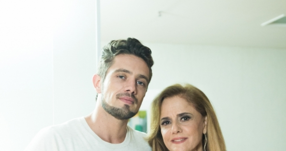 Marieta Severo e Rafael Cardoso posam nos bastidores de grava��o de O Outro Lado do Para�so.