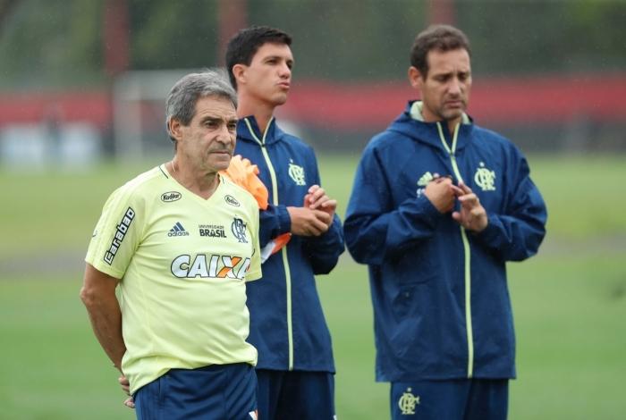 Pensativo, Carpegiani observa o treino do Flamengo no Ninho do Urubu
