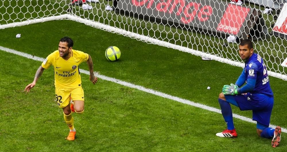 Daniel Alves foi decisivo na vit�ria do PSG sobre o Nice, fora de casa, neste domingo