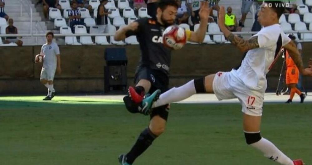 João Paulo, do Botafogo, quebra a perna em clássico contra o Vasco