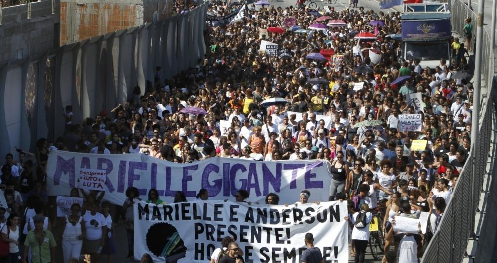 Cerca de 2 mil pessoas protestaram contra a morte da vereadora Marielle Franco e do motorista Anderson Pedro Gomes na Mar�.