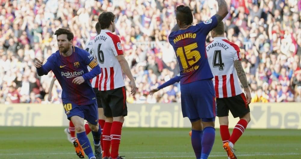 Messi (E) corre para comemorar seu gol, o segundo do Barcelona