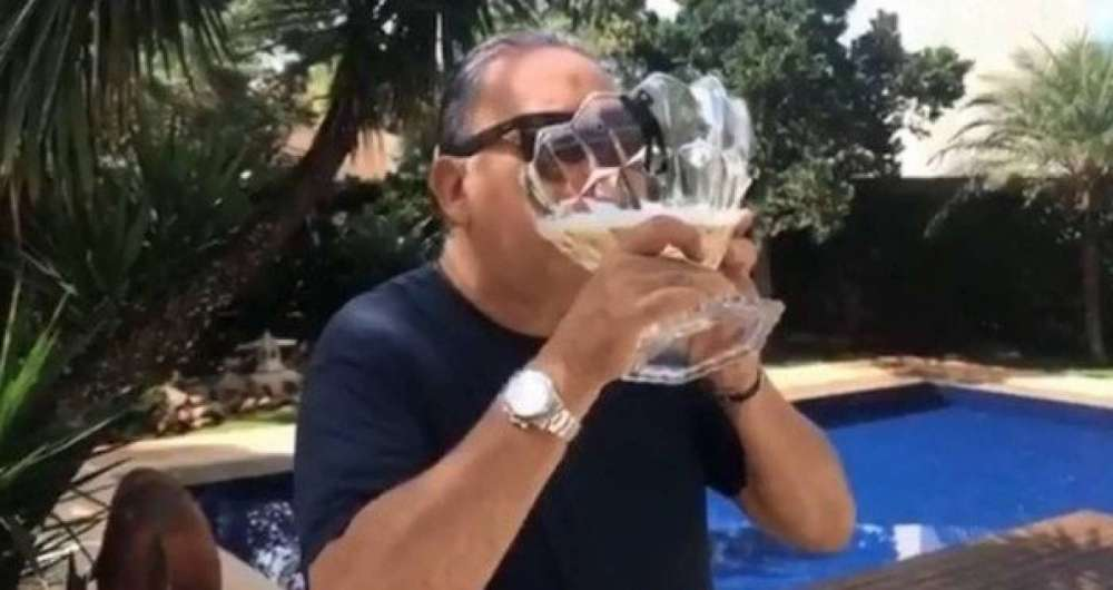 Galv�o bebe champanhe
