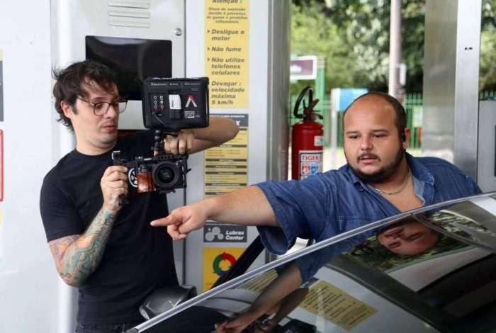 Albrecht dirige cena durante produção de vídeo publicitário acompanhado de um colaborador