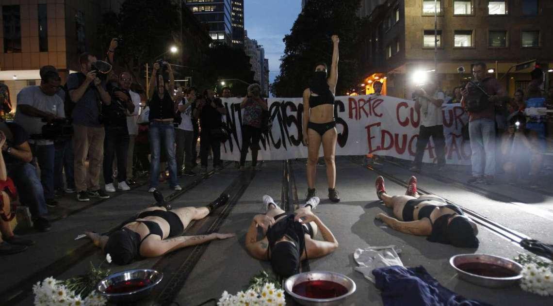 Manifestação contou com intervenções artísticas