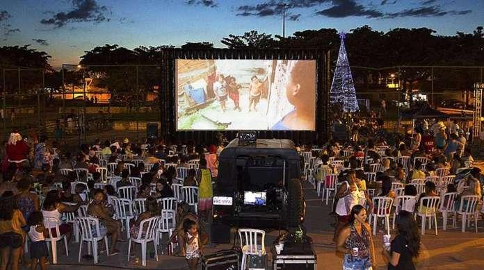 Os filmes da mostra s�o sempre exibidos ao ar livre, em supertel�es
