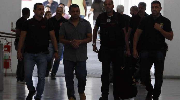 O PM Jos� da Silva de Lima � levado preso, sob a acusa��o de pertencer � quadrilha do furto de petr�leo