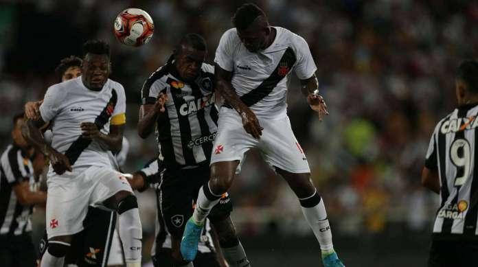 Riascos se antecipa a Marcelo Benevenuto e marca o segundo gol do Vasco