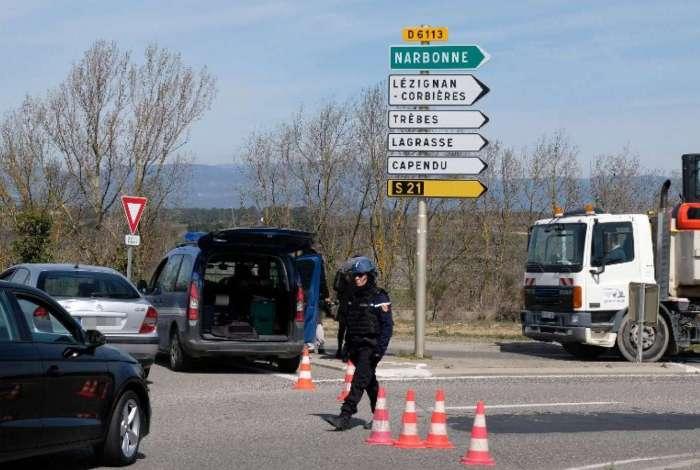 Forças de segurança fecharam acesso à cidade de Trèbes, no sul da França, onde um homem fez reféns em supermercado.