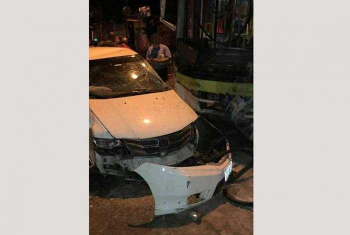 Veículo usado pelos criminosos ficou destruído com o impacto da colisão