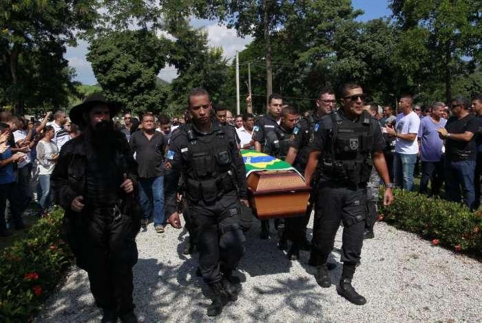 Soldado Mesquita, morto na Rocinha na quarta-feira, foi enterrado ontem no Cemitério Jardim da Saudade