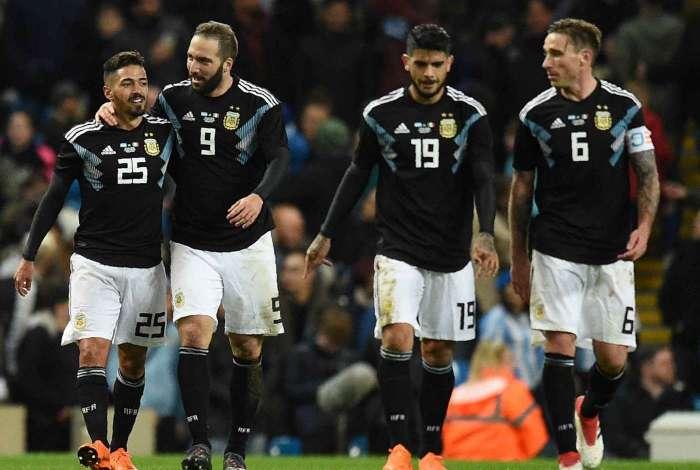A Argentina de Lanzini (E), Higuaín, Banega e Biglia ganhou por 2 a 0
