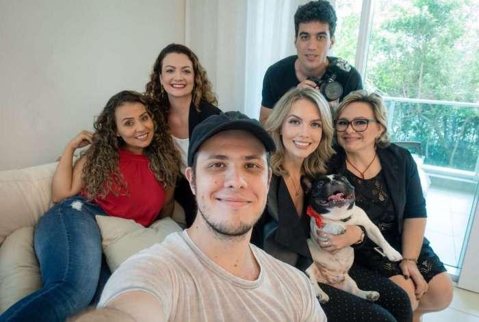 A apresentadoras Elaine, Monique, Mica e Ana. E os idealizadores Felipe (à frente) e Edu