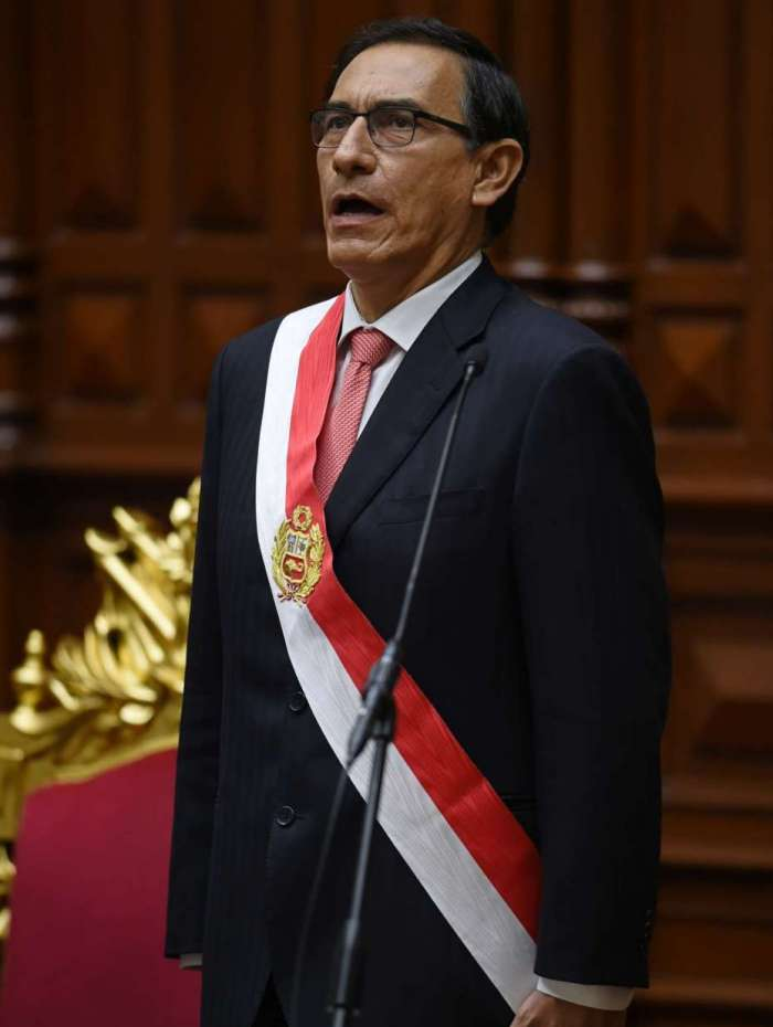 Vizcarra com faixa presidencial