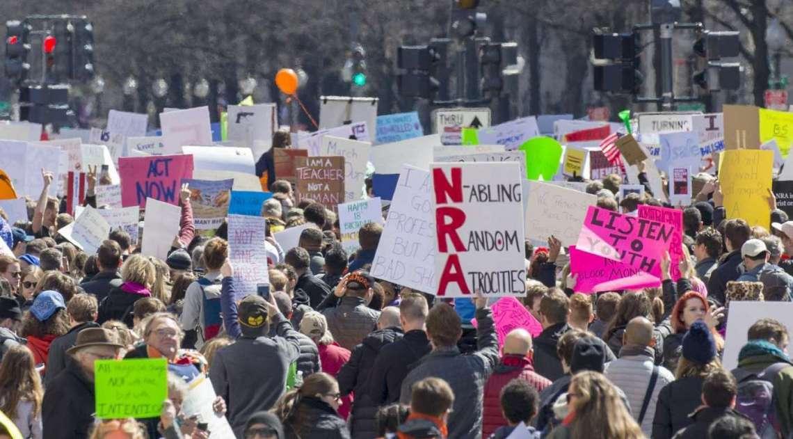 As marchas foram convocadas e organizadas por jovens estudantes, cansados dos constantes ataques a tiros e massacres em escolas com armas de fogo, que deixam cerca de 30 mil mortos a cada ano no pa�s