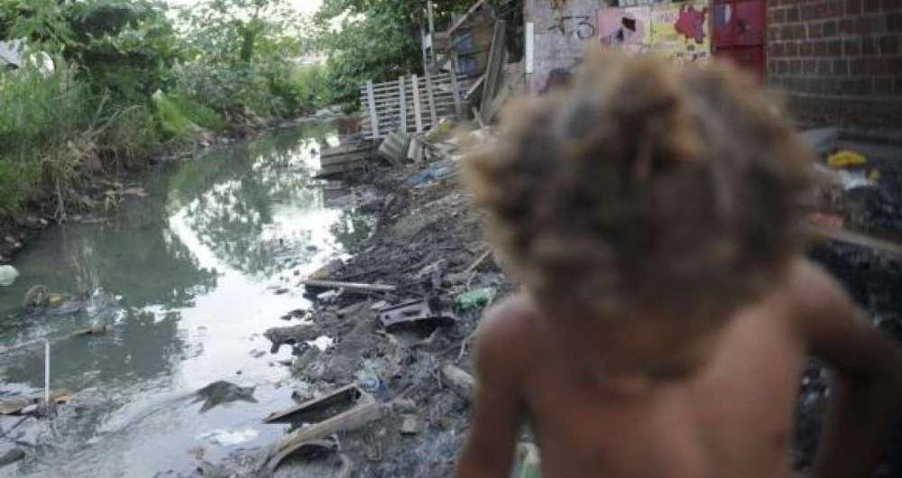 Falta de saneamento b�sico e impedimentos para o acesso de agentes de sa�de dificultam preven��o e tratamento da tuberculose nas favelas. Na foto, crian�a no Complexo da Mar�