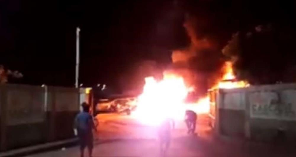 Reprodu��o de v�deo que mostra inc�ndio em carros em Cascavel, no Cear�