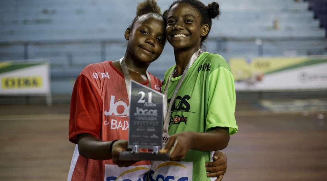 Atletas da cidade de Queimados exibem o prêmio
