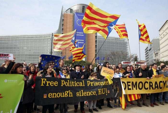 Manifestantes protestam contra a prisão do ex-presidente regional Carles Puigdemont, há cerca de um ano atrás, durante movimento separatista