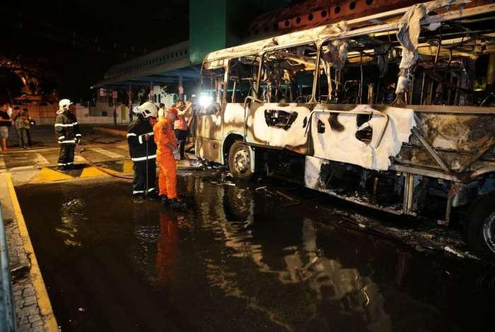 Bandidos fazem ataque com fogo a três ônibus. Na avenida leste oeste, um micro-ônibus e no terminal Coração de Jesus no Ceará