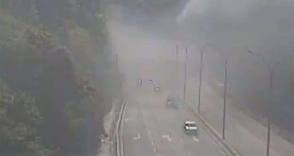 Carro pegou fogo na sa�da do T�nel do Jo�