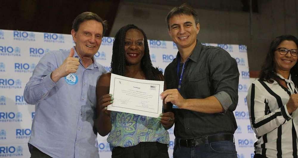 Crivella e o secret�rio Pedro Fernandes entregam o diploma a uma das pessoas beneficiadas pelo programa