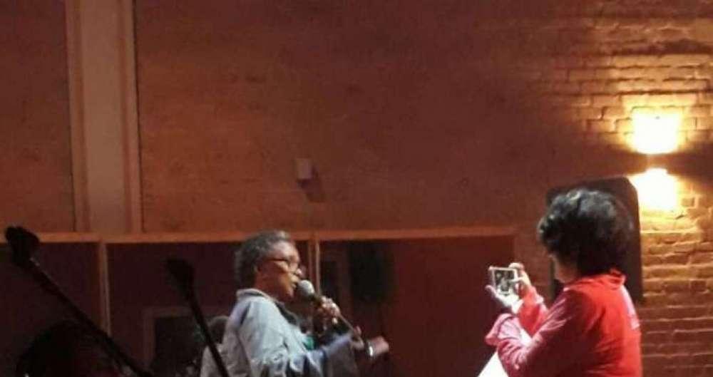 Sandra de Sá ensaia para DVD sob o olhar atento da mulher, Simone Floresta