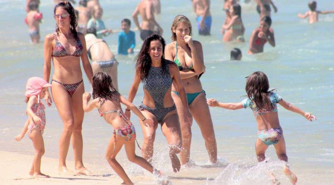 a69152921 Carol Barcellos curte dia de praia com a filha no Leblon