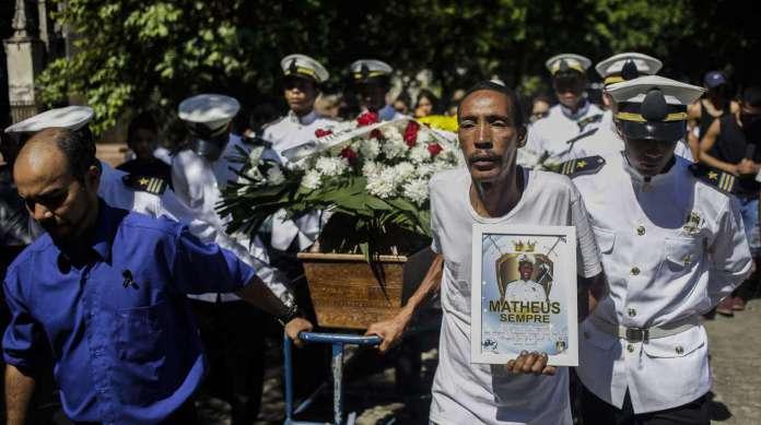 M�rcio da Silva, pai de Matheus Duarte, carregou um quadro com a foto do filho do durante o enterro