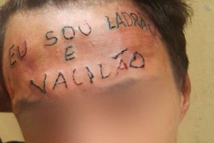 Jovem teve a testa tatuada por dois homens depois de tentar furtar bicicleta.