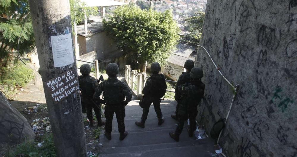 Três mil e quatrocentos militares, 150 policiais militares e 350 policiais civis participam da ação no Complexo do Lins