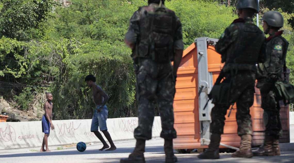 Mais de 3 mil homens das Forças Armadas realizaram operação no Complexo do Lins