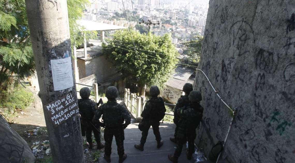 Três mil e quatrocentos militares, 150 policiais militares e 350 policiais civis participaram da ação no Complexo do Lins