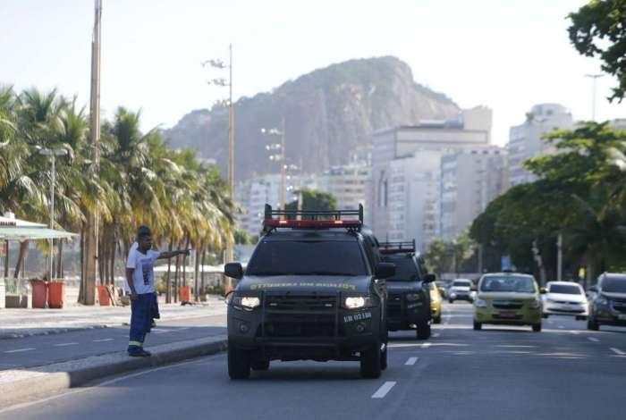 Patrulhamento do Exército na orla da Praia de Copacabana