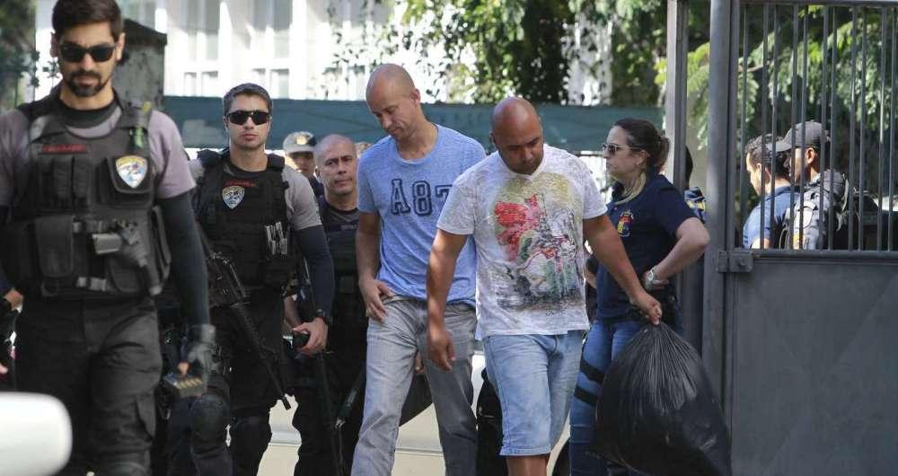 PMs Julio Cesar Marreto de Oliveira (azul) e Michel Leandro Duarte da Silva (cinza) foram presos em operação da Corregedoria da Policia Militar e da Delegacia de Homicídios de Niterói, São Gonçalo e Itaboraí (DHNSGI) nesta quinta-feira