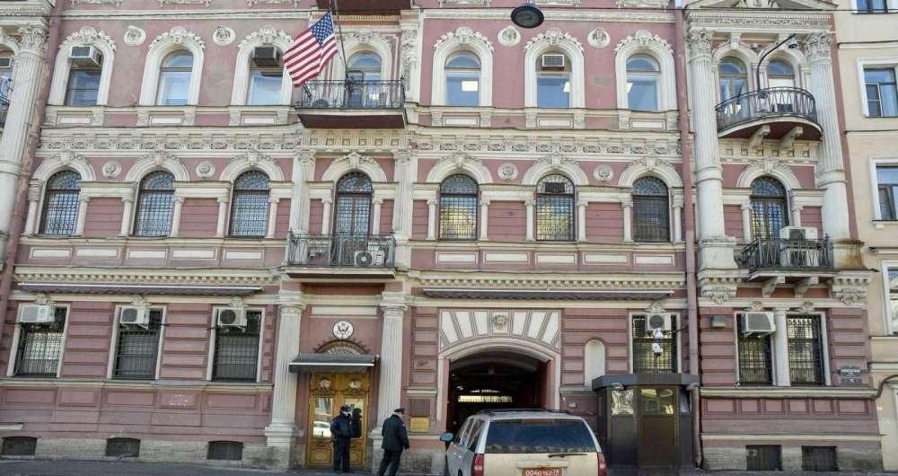 Um carro diplom�tico entrando no port�o do Consulado dos EUA em S�o Petersburgo