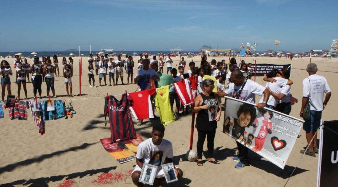 Rio de Paz fez manifesta��o na Praia de Copacabana em homenagem � Maria Eduarda