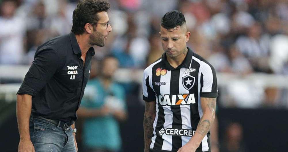 Leo Valencia reclamou ao ser substitu�do e Valentim n�o gostou