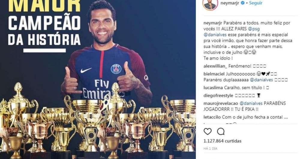Daniel Alves se torna jogador com o maior número de títulos