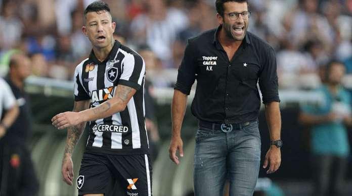 Leo Valencia se irritou ao ser substitu�do por Valentim aos 20 da etapa final: 'Acabei n�o respondendo com a cordialidade que deveria'